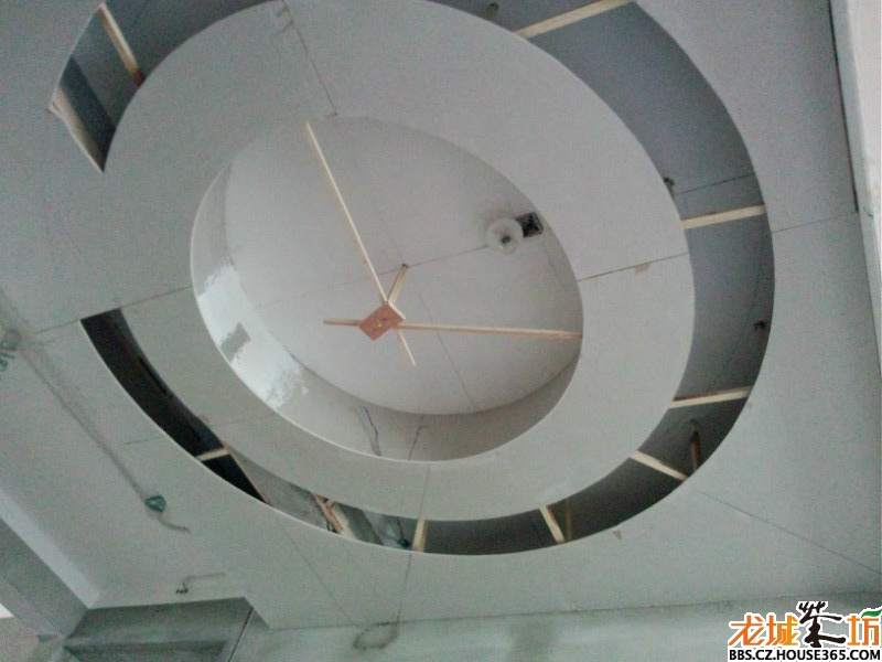 圆形双层的,很费工,做了很久,主要是为了挡住餐厅顶上的一根横梁,吊顶