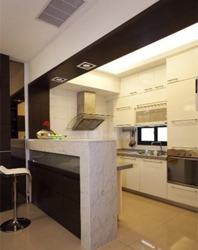 半开放式厨房使用玻璃隔断设计,是这一装修设计的首要选择.